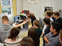 Prague high school students in the NPI spectroscopy laboratory